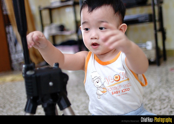 Ohhh, Qian is trying to learn how to adjust the tripod. May be he will be a great photographer one day. :)