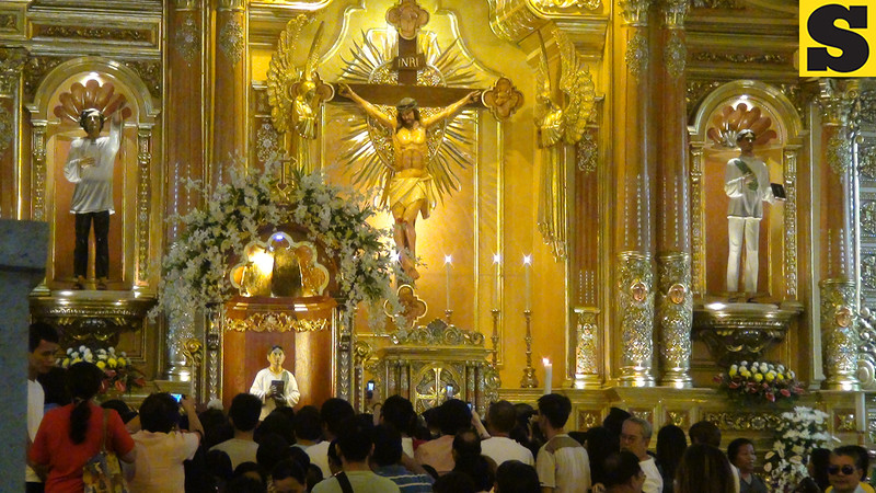 Churchgoers taking photos of Pedro Calungsod's official image inside the Cebu Cathedral. (Sunnex)
