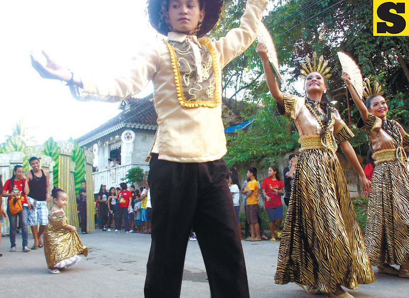 CROWD PLEASER. The sight of a toddler dancing with the Valencia<br /> National High School contingent pleased the crowd who lined Sta. Catalina<br /> St. during Carcar City's Kabkaban Festival last Nov. 24. The city<br /> was celebrating its annual fi esta in honor of St. Catherine of Alexandria.<br /> (CONTRIBUTED PHOTO/REY CAMPAÑA)