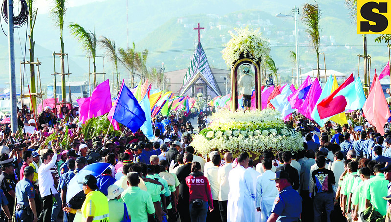 CEBU CITY. From the shore, a procession carries the image of San Pedro Calungsod to the templete, where high-ranking Catholic Church officials are waiting. (Amper Campaña)