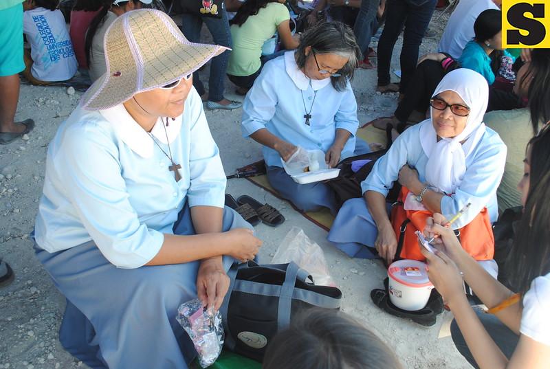 Franciscan Immaculate followers of San Pedro Calungsod from Barangay San Jose Talamban beat the heat to see the pilgrim image of the Visayan saint. (Nera Mariz Puyo/USJR MassComm Intern)