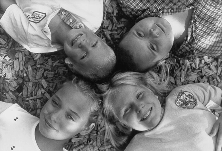 4 kids looking up