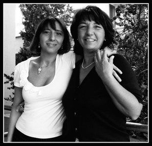 Caterina Graziani (Nuove Infrastrutture) e Laura Lotti (Decentramento): la prima ha l'aria smarrita di chi è appena diventato dirigente, la seconda ha l'aria materna e rassicurante come sempre