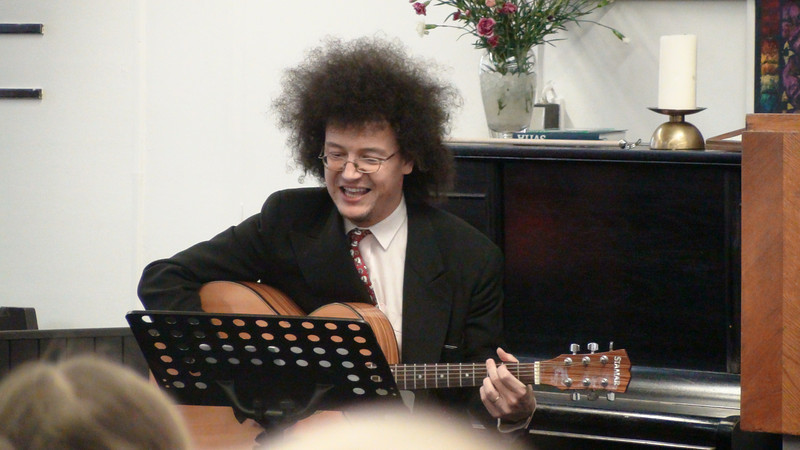 Jaroslava Pechar hrající na kytaru (never more)