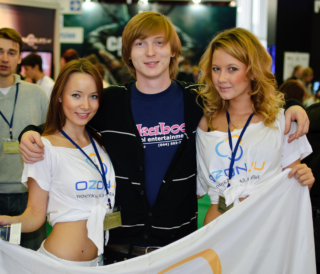 Artem from Yakaboo with girls of Igromir 2010