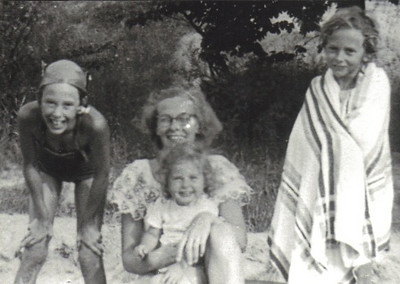 Elsie Jeffreys (far right) with her sisters and mother: Her sister Jane is on the far left. Her mother, Betty Jane, is in the center holding sister Bonnie.
