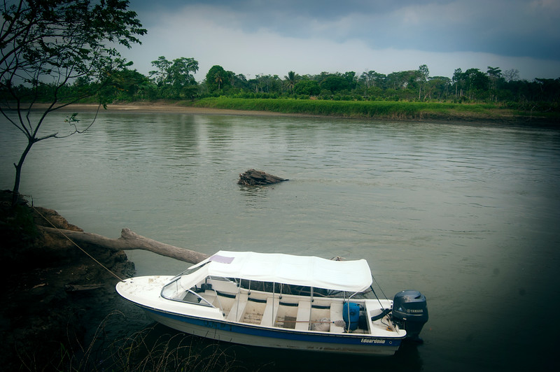 In the past Eustaquio received threats due to his protagonistic role in the land restitution process of the collective territories of the Curbaradó river basin. For this reason the National Protection Unit has awarded him protective measures such as this high speed boat.