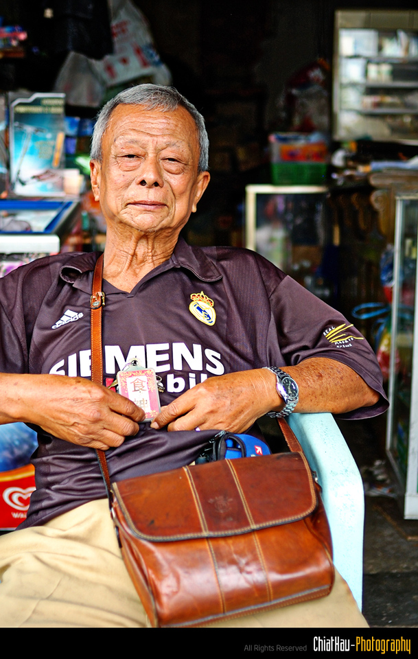 """Uncle call himself the """"King of Food"""" (As you can see on the badge that he is holding) and also """"Dato Seri"""". :) He own a grocery store in Pitt street."""