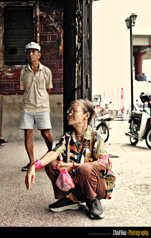 I met this auntie at the Guan Ying temple... sitting at the front entrance...