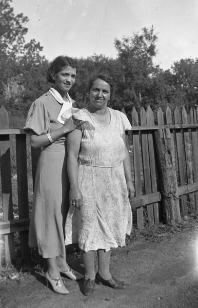 ANGELINE SOLIE,  WITH MOTHER, JENNY NATOLE