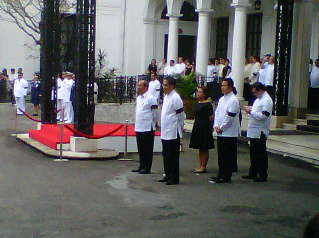 Honorary pallbearers waiting for Robredo's remains