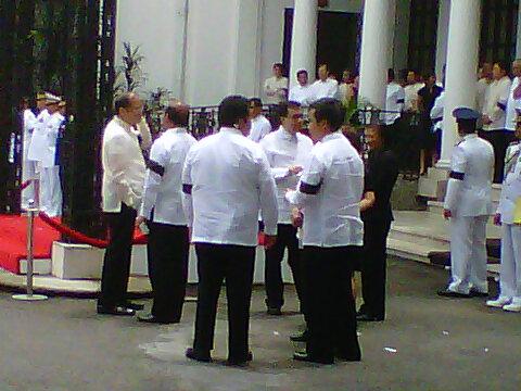 Aquino and his Cabinet wear black armbands for Robredo