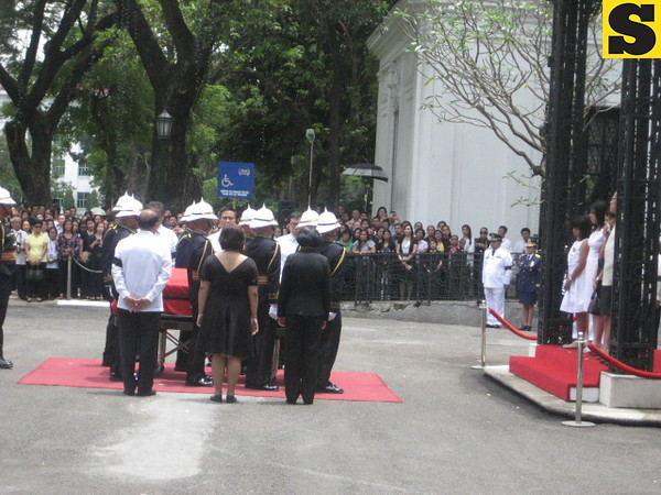 Honorary pallbearers surrounding remains of Secretary Robredo