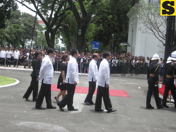 DOTC Secretary Mar Roxas with cabinet officials and Robredo family following Secretary Robredo's remains