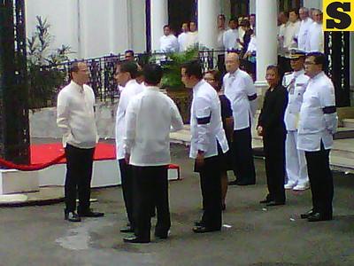 President Aquino and honorary pallbearers waiting for Robredo's cortege