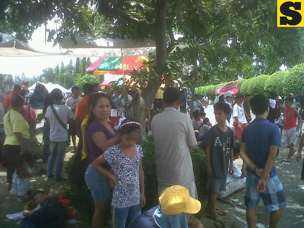 Fans of the late Comedy King Dolphy have been disallowed to enter the Heritage Park. The Quizon family wanted to keep the funeral private. (Virgil Lopez/Sunnex)