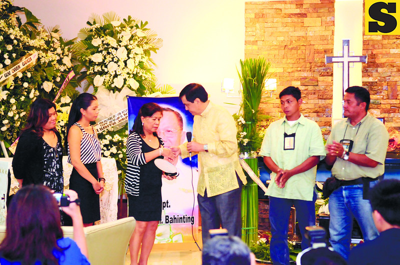 """CEBU. Margarita Bahinting (third from left) receives a plaque from the Cebu City Government, represented by Mayor Michael Rama, commending him for saving the lives of others, including Cebu City assistant zoo keeper Ronaldo Aventurado (second from right). """"I will owe him for the rest of my life,"""" said Aventurado, whose snakebite from a cobra was treated using anti-venom that one of Bahinting's planes flew in from Camiguin.(Sun.Star/Allan Defensor)"""