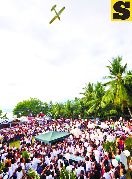 Estimated 4,000 relatives friend and student from aviator pilot school attended the burial of capt. Jessup Bahinting. white balloons release in the air after his dead body laid to rest at the private cemetery in the town of Ginatilan. An airplane dives a the burial site.<br /> foto: Alex Badayos
