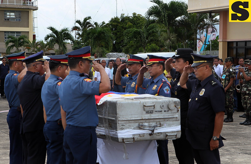 The remains of DILG Secretary Jesse Robredo arrived at the Pili Airport, Camarines Sur accompanied by President Benigno S. Aquino III and some members of his Cabinet on Tuesday (August 21). (Malacañang Photo Bureau).