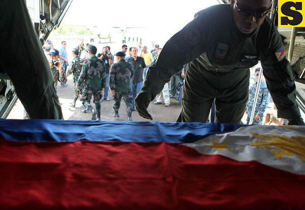 President Benigno S. Aquino III and some members of his Cabinet accompanied the remains of the late Interior and Local Government Secretary Jesse Robredo to Pili Airport, Camarines Sur on Tuesday (August 21). (Malacañang Photo Bureau)