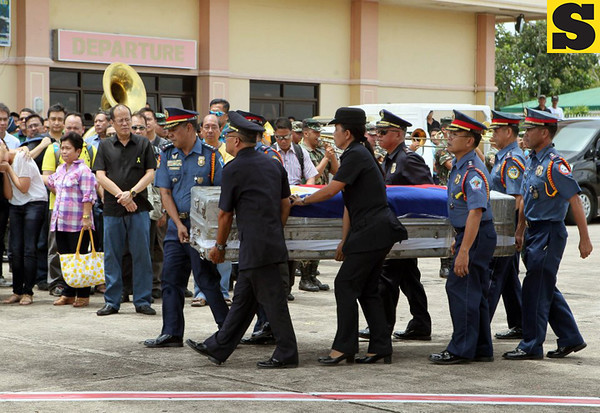 President Benigno S. Aquino III and some members of his Cabinet accompanied the remains of the late Interior and Local Government Secretary Jesse Robredo to Pili Airport, Camarines Sur on Tuesday (August 21). (Malacañang Photo Bureau).