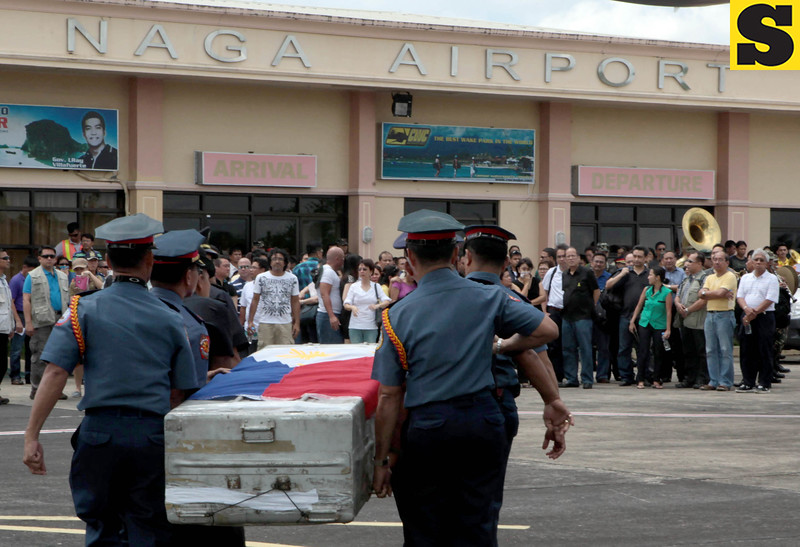 President Benigno S. Aquino III and some members of his Cabinet accompanied the remains of the late Interior and Local Government Secretary Jesse Robredo to Pili Airport, Camarines Sur on Tuesday (August 21). At the airport, Robredo's wife Atty. Leni and other family members are waiting for Robredo's body. (Malacañang Photo Bureau).