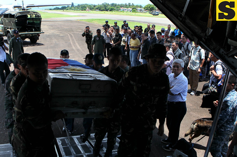 The casket containing the remains of Sec. Jesse Robredo is being brought on board C130 plane Tuesday, August 21, 2012. The casket is to be brought to Naga City in Bicol province, his hometown, where the family of the secretary is waiiting. (Malacanang Photo Bureau)