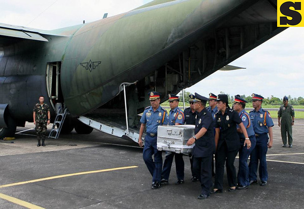 The remains of former Interior and Local Government Secretary Jesse Robredo arrived at the Pili Airport, Camarines Sur accompanied by President Benigno S. Aquino III and some members of his Cabinet on Tuesday (August 21). (Malacañang Photo Bureau).