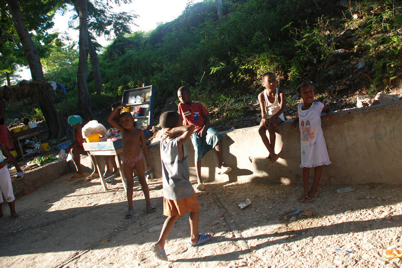 Children near the water source in Source Matlas.