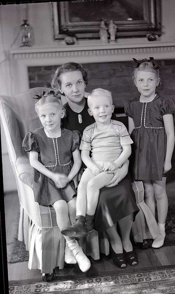 Mrs. W. M. Whitehead and Children (7 of 10)  (06930)