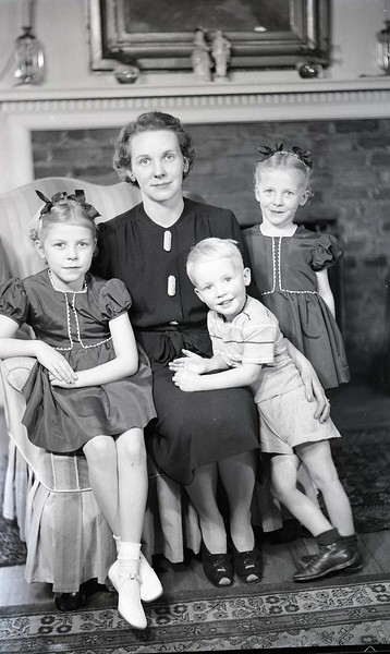 Mrs. W. M. Whitehead and Children (6 of 10)  (06929)