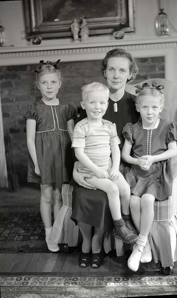 Mrs. W. M. Whitehead and Children (8 of 10)  (06931)
