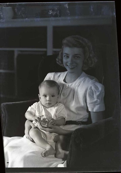 Mrs. S. S. Walden and Child  I  (09167)
