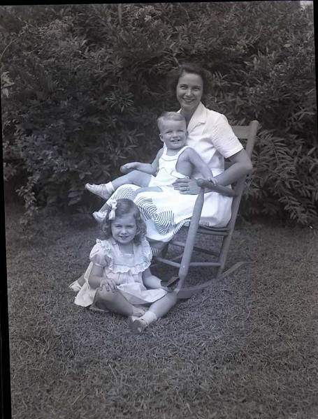 Mrs. Mosby Perrow and Children - 1 of 8  (09233)