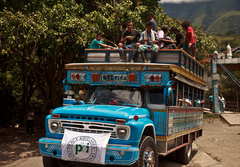 In the morning—among  the laughter and vallenato and sharing breakfast together—the participants boarded two colourful chivas (a typical artisanal bus adapted to rural travel) planning to journey five hours up into the mountains to the village of la Balsita.