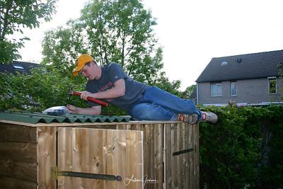 patrick bouwt mee aan tuinkast