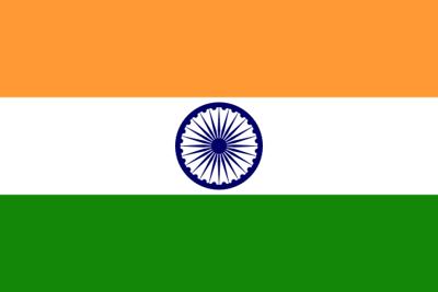 Drapeau de l'Inde - Ce drapeau se compose de trois bandes horizontales de même largeur et de couleurs safran (orange) (en haut), blanche et verte, avec un chakra bleu (roue à 24 rayons) au centre de la bande blanche. la couleur safran représente le courage, le sacrifice et l'esprit de renoncement; le blanc signifie pureté et vérité; le vert représente la foi et la fertilité; le chakra bleu symbolise la roue de la vie dans le mouvement et la mort dans la stagnation