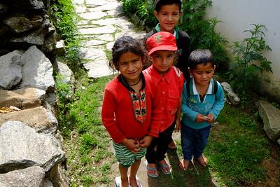 jeunes enfants d'un village isolé