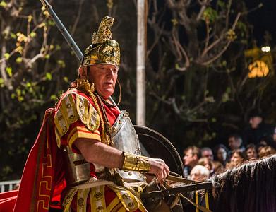 Longino trägt die Lanze, mit der prüfen wird, ob der Tod Christi eingetreten ist