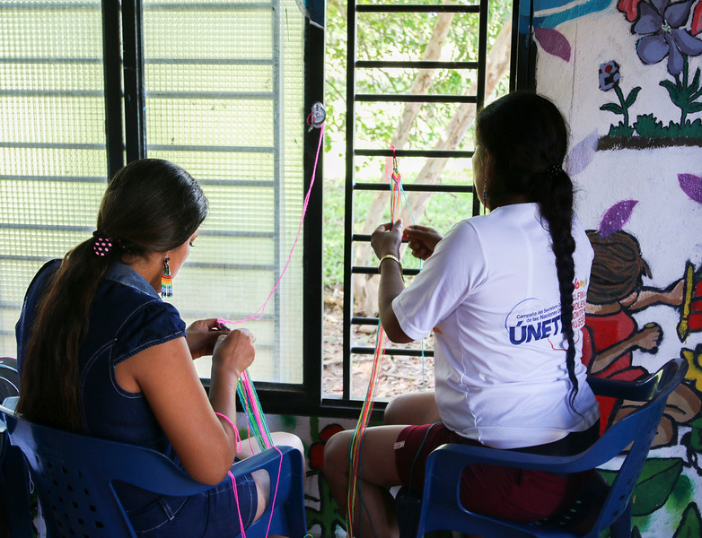 In the same workshop, as part of this exchange of knowledge, other women from MEMPA weave coloured bracelets according to their cultural traditions.