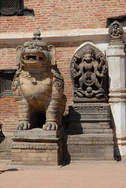 lion du palais royal et Hanuman, le dieu-singe