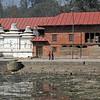 Situé au centre de la ville c'est le ghât le plus sacré du Népal.Des bûchers funéraires brûlent jour et nuit.