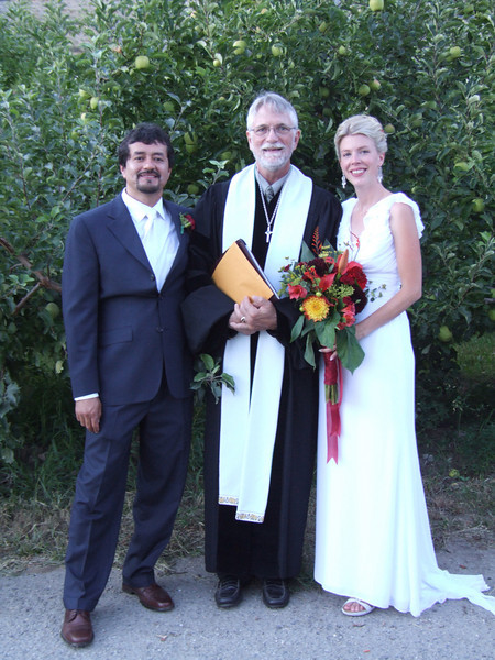 married couple with the officiant.