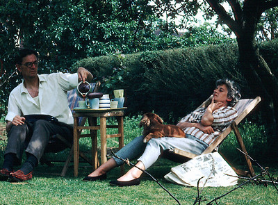 Papa, Mama and Araminta; Sunday after-lunch coffee sur l'herbe.
