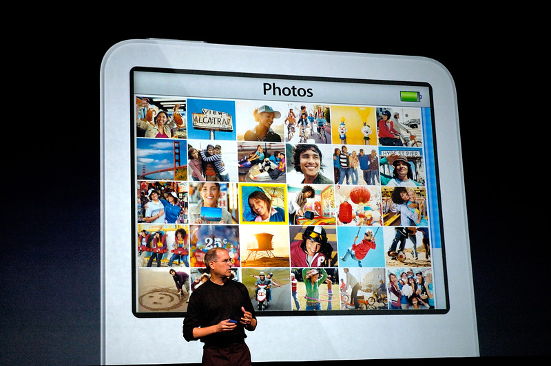 Steve Jobs showing off his iPod's photo features.