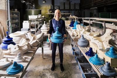 Johanna Tallinna Keraamikatyehases, kus valmistab enda disainitud lampe.