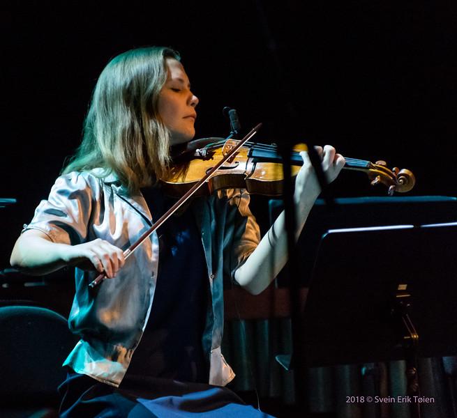Maria Eikefet on violin