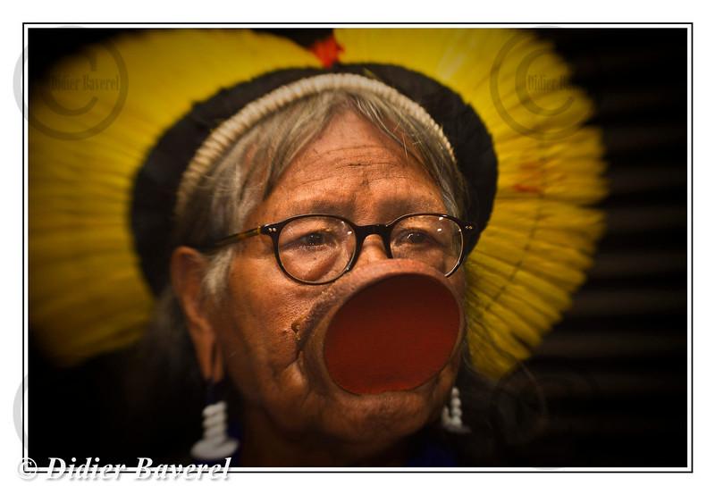 *legende* Le chef indien Raoni en visite a Monaco, se dit pret  a la guerre  contre le projet de barrage de Belo Monte en Amazonie bresilienne