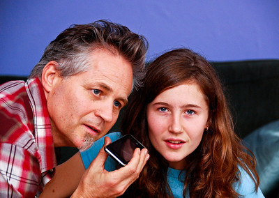 father-daughter-iphone