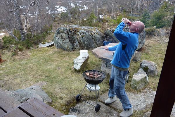 Grillmester koser seg med ei kald øl etter ein lang skitur...15.05.2010